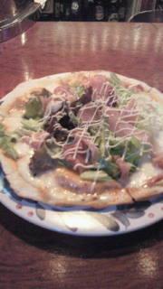 プロシュートサラダのピザ