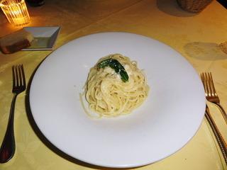 パルミジャーノ・レッジャーノの器で和えたスパゲッティ メッツァニィノ風