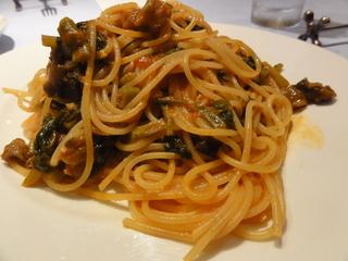 岩手短角牛と空心菜、カブの葉のトマトソーススパゲティ