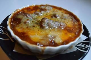 鶏の煮込みデミグラスソースのチーズ焼き