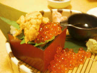 こぼれイクラと生うにの枡盛寿司