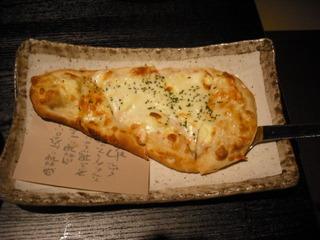 蟹クリームのWチーズナンピザ