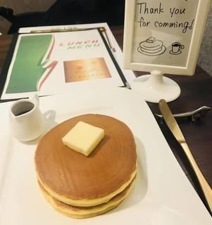 ランチセット(トマトサラダとドリンクとアマトリチャーナパスタ)とホットケーキ