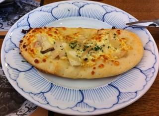 蒸し鶏とエリンギの柚子風味のピザ
