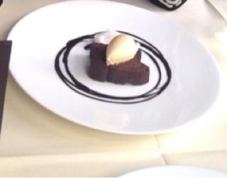 温かいチョコレートのタルト ラムレーズンのアイスクリームとカカオのチュイル