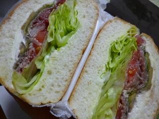 アボカド・生ハム・サワークリームのサンドイッチ