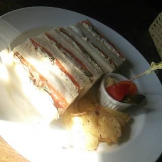 自家製スモークサーモンのサンドウィッチ
