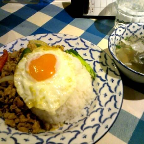 ガパオ・ガイ(鶏挽肉バジル炒めのせご飯)