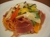 季節野菜と生ハム・パルミジャーノチーズのトマト色スパゲティ
